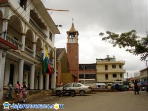 Plaza e iglesia.