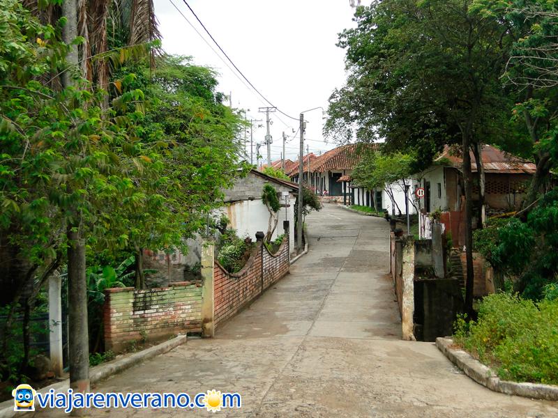 Puente y calle colonial.