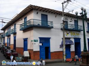 Casa colonial con balcón corrido.