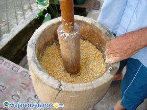Pilando maíz.