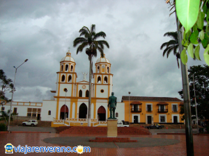 Iglesia y Palmera.
