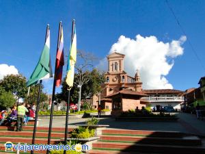 Iglesia y Banderas.