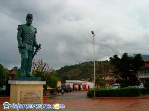 Estatua y parque.
