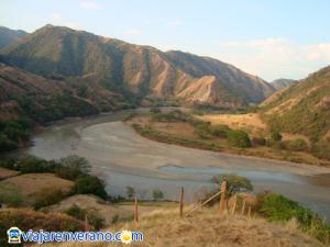 Montañas y río Cauca.