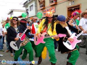 Hombres con guitarras.