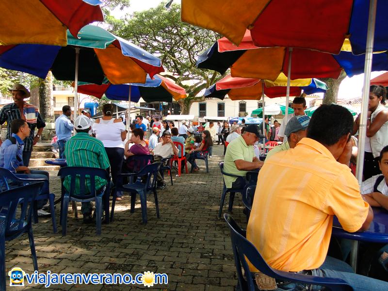 Sombrillas y mesas en la plaza.