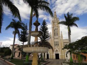 Fuente y fachada de la iglesia.