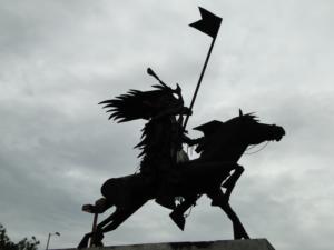 Escultura en homenaje a las Fiestas en un parque.