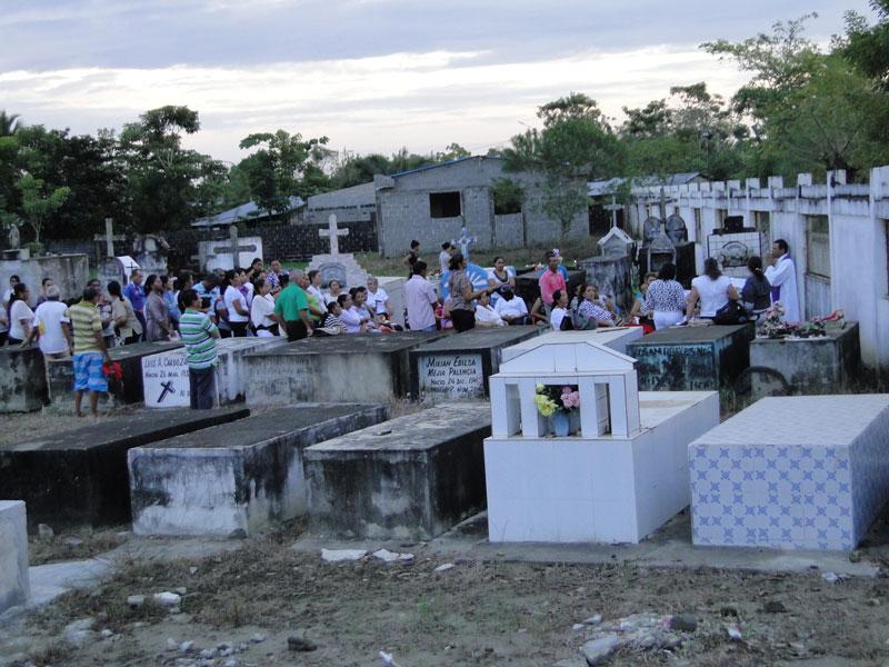 Día de las ánimas en el cementerio.