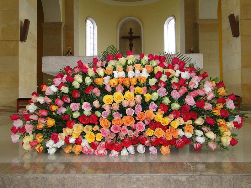 Flores en el presbiterio.