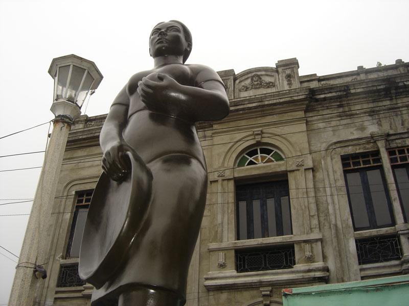 Escultura de mujer barequera.