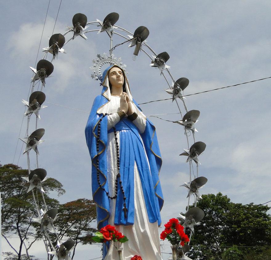 Virgen a orilla de la carretera.