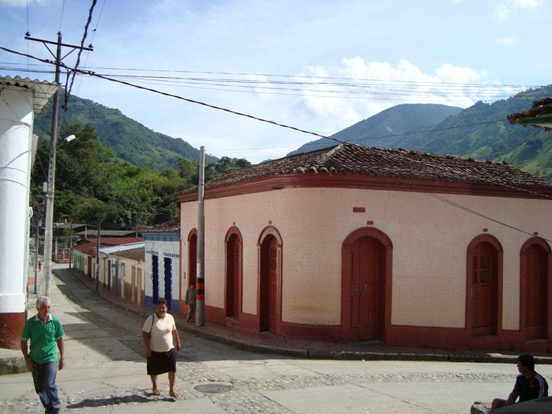 Calle y lugareños.