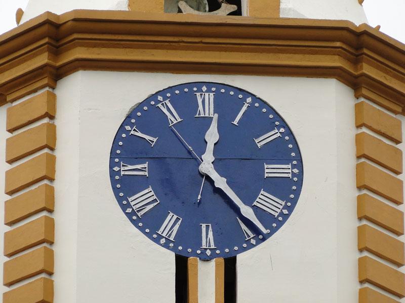Reloj en la torre de la iglesia.