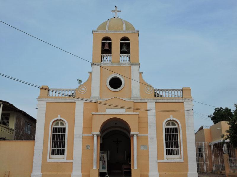 Fachada de la iglesia.